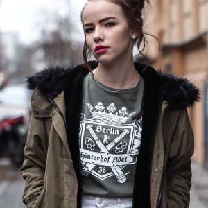 hood-chiller-berlin-t-shirt-hinterhof-adel-7